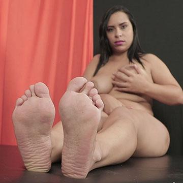 Gabriella exibindo os pezinhos com muita sensualidade!